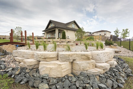 0114-winnipeg-back-yard-fire-pit-flag-stone-patio-rosetta-outcropping-landscaping-min